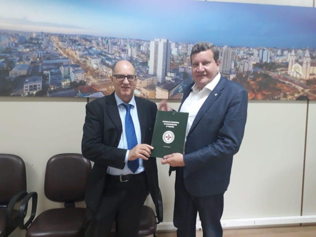 Renato Minozzo, presidente do CRBM-5, e Luciano Buligon, prefeito de Chapecó