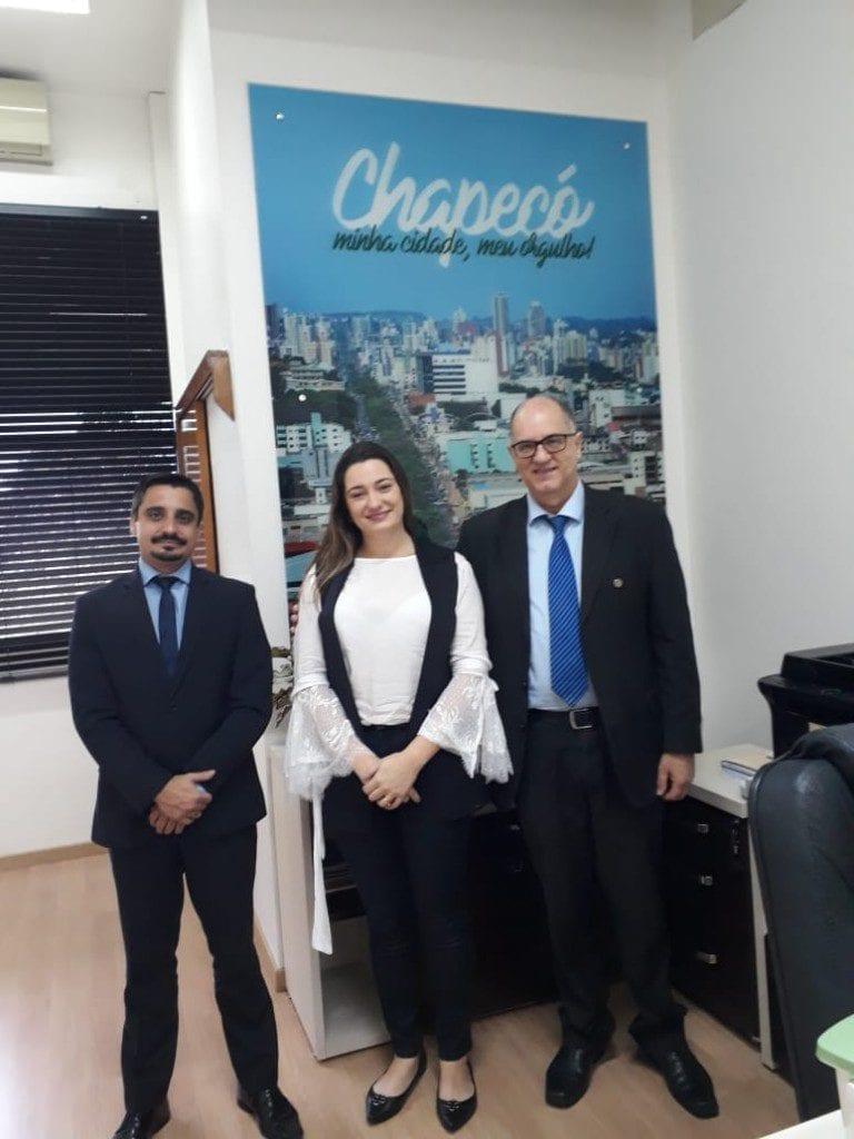 Luciano Avila, assessor jurídico do CRBM-5, Fernanda Danieli, coordenadora de governo de Chapecó, e Renato Minozzo, presidente do CRBM-5
