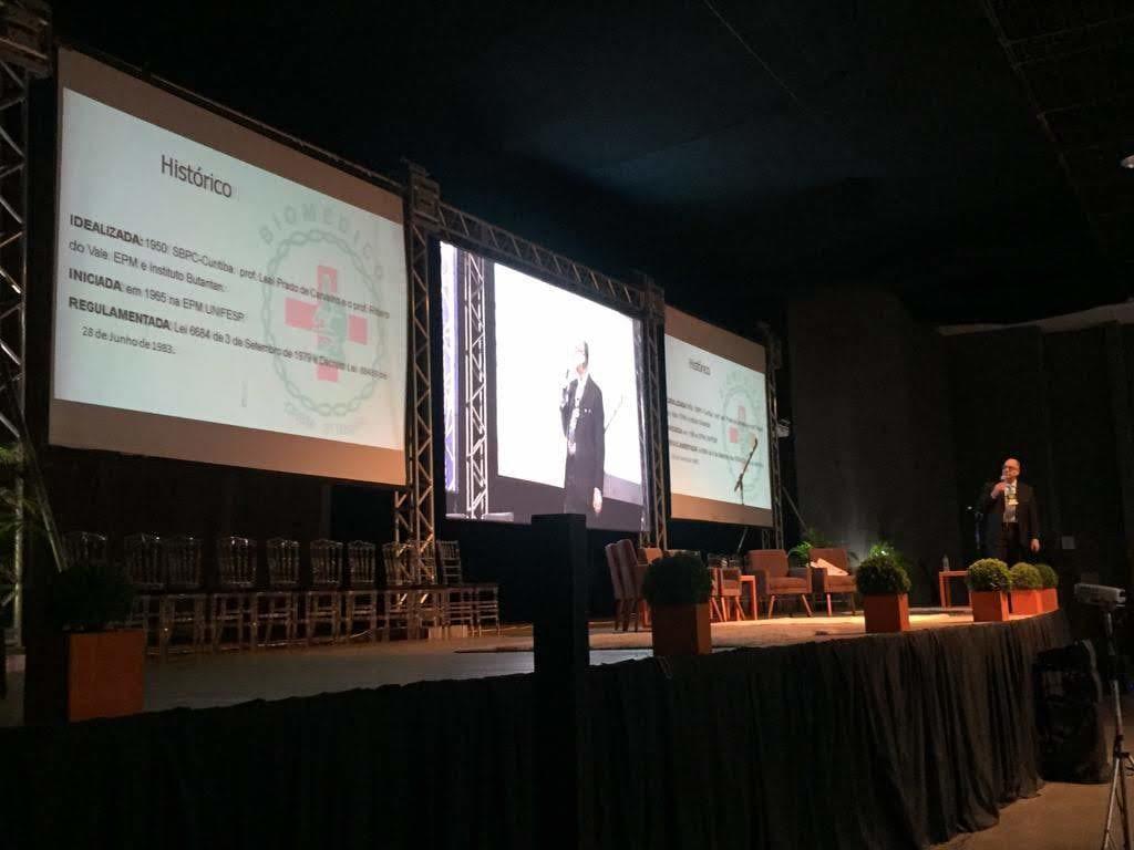 Presidente do CRBM-5 apresenta a biomedicina no Congresso do Cosems/SC