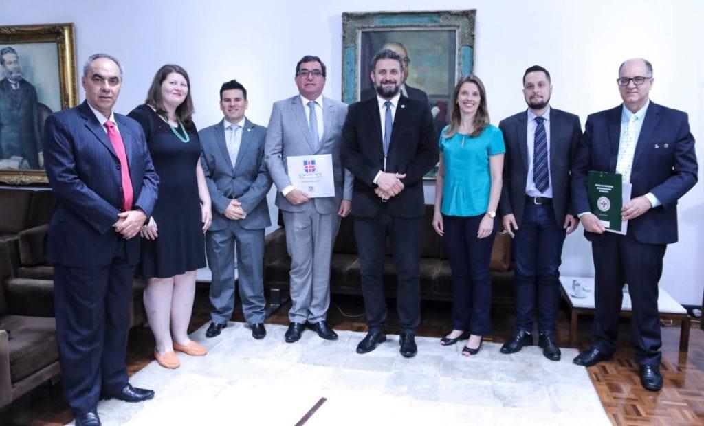 Dr. Marcelo Issas (ABBM), Dra Raquel Brick (Biosofia Laboratório), Dr. Tiago Santos Carvalho (ASBBM), Dr. Edgar Garcez Junior (CFBM), Dep. Issur Koch, Dra Flávia Brust (CRBM-5), Roger Rosa (Sec. Saúde de Cachoeira do Sul), e Dr. Renato Minozzo