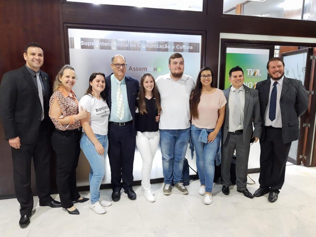 Coordenadora do curso da Feevale, Dra Simone Rosseto com os professores Dr Eloir Lourenço, Dr Tiago Santos Carvalho e Dr Rodrigo Staggemeier, e estudantes da Feevale
