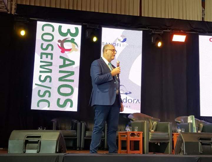Presidente do CRBM-5, Renato Minozzo, palestra para os secretários de saúde de SC