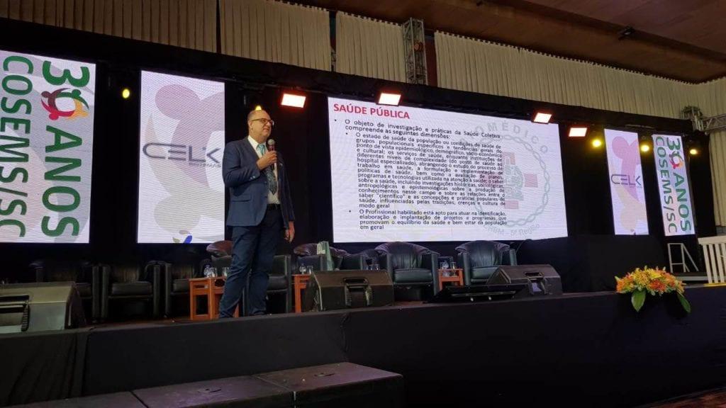Presidente do CRBM-5, Renato Minozzo, apresenta as habilitações da Biomedicina